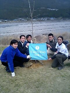熊野本宮道の駅で植樹 Tree planting at Kumano hongu rest area