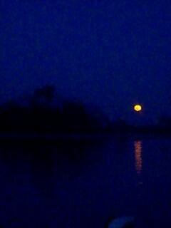 今日を締めくくる満月 Full moon ending
