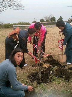西浦園地で植樹 Tree planting at Nishiura garden