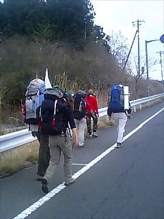 六人で歩いてます。Walking with 6 of us.