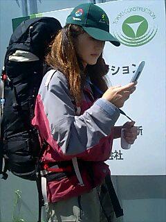 歩きながらブログを書く木乃実さん Konomi-san writes blog while walking.