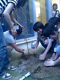 大阪山口学園で講演と植樹 Tree planting and speaking at Yamaguchi gakuen school