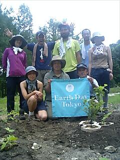 富良野自然塾で植樹 Tree planting at Furano nature school