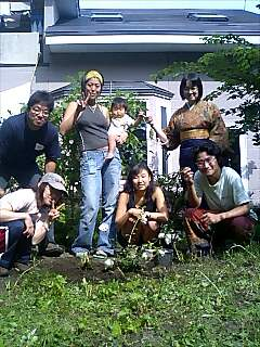 茶戸庵で木を植えましたPlanted tree together at Chako-an