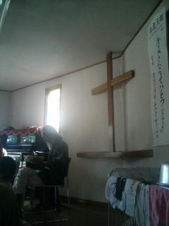 十字架の前で詩の朗読をする男性