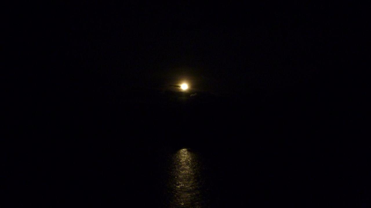 どこでも月は一緒ですが。