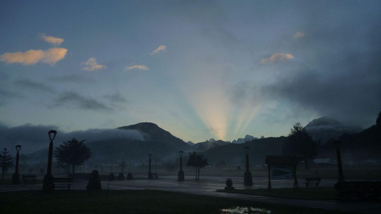 朝、向こうの山から後光が!@パタゴニア