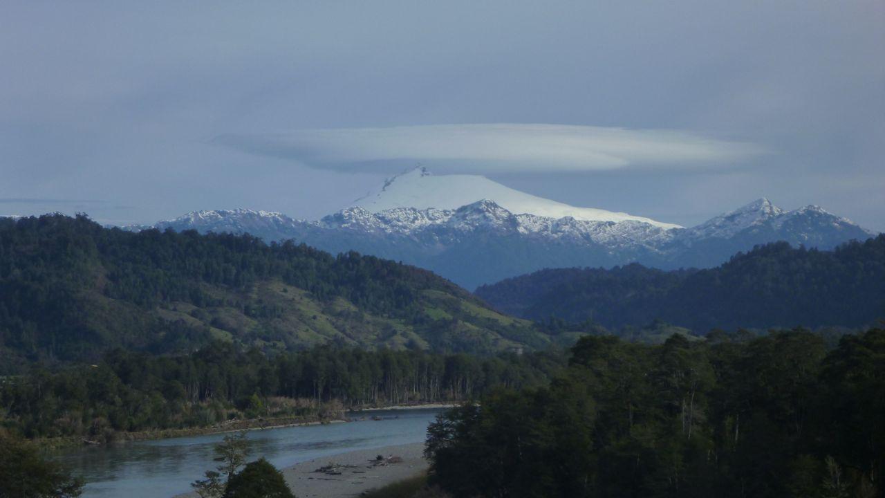 山の上に宇宙船みたいにデッカイ雲